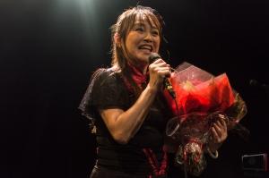 Azumi Inoue et le bouquet de fleurs offert par un de ses fans