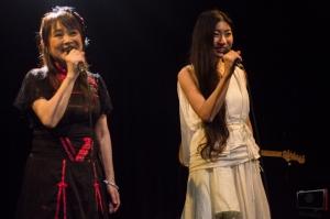 Mayuko et Azumi Inoue en train de chanter Tonari no Totoro